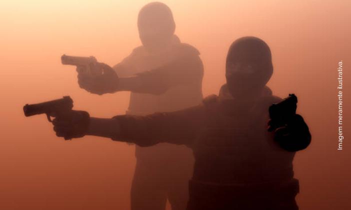 Comerciante tem R$ 60 mil roubados por assaltantes armados em ...